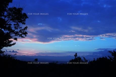夜明けの色 ・ この地球では いつもどこかで 朝が始まっている…(谷川俊太郎 「朝のリレー」より)の写真素材 [FYI01203568]