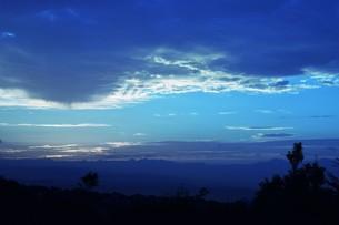 夜明けの色 ・ この地球では いつもどこかで 朝が始まっている…(谷川俊太郎 「朝のリレー」より)の写真素材 [FYI01203572]