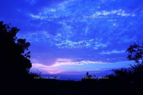 夜明けの色 ・ この地球では いつもどこかで 朝が始まっている…(谷川俊太郎 「朝のリレー」より)の写真素材 [FYI01203573]