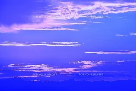 夜明けの色 ・ この地球では いつもどこかで 朝が始まっている…(谷川俊太郎 「朝のリレー」より)の写真素材 [FYI01203574]