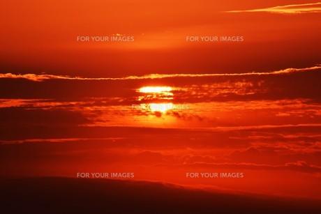 夜明けの色 ・ この地球では いつもどこかで 朝が始まっている…(谷川俊太郎 「朝のリレー」より)の写真素材 [FYI01203580]
