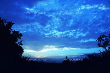 夜明けの色 ・ この地球では いつもどこかで 朝が始まっている…(谷川俊太郎 「朝のリレー」より)の写真素材 [FYI01203581]