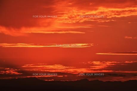 夜明けの色 ・ この地球では いつもどこかで 朝が始まっている…(谷川俊太郎 「朝のリレー」より)の写真素材 [FYI01203584]