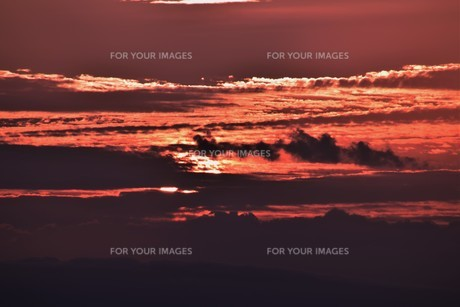 夜明けの色 ・ この地球では いつもどこかで 朝が始まっている…(谷川俊太郎 「朝のリレー」より)の写真素材 [FYI01203585]