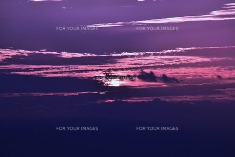 夜明けの色 ・ この地球では いつもどこかで 朝が始まっている…(谷川俊太郎 「朝のリレー」より)の写真素材 [FYI01203586]