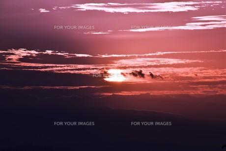 夜明けの色 ・ この地球では いつもどこかで 朝が始まっている…(谷川俊太郎 「朝のリレー」より)の写真素材 [FYI01203588]
