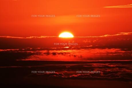 夜明けの色 ・ この地球では いつもどこかで 朝が始まっている…(谷川俊太郎 「朝のリレー」より)の写真素材 [FYI01203590]