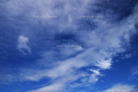 青い空と白い雲(夏から秋への序曲)・ 秋空ただよふ雲の一人となる 種田山頭火の写真素材 [FYI01203646]