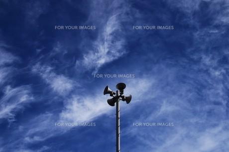青い空と白い雲(夏から秋への序曲)・ 秋空ただよふ雲の一人となる 種田山頭火の写真素材 [FYI01203648]