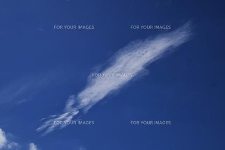 青い空と白い雲(夏から秋への序曲)・ 秋空ただよふ雲の一人となる 種田山頭火の写真素材 [FYI01203652]