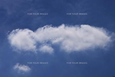 青い空と白い雲(夏から秋への序曲)・ 秋空ただよふ雲の一人となる 種田山頭火の写真素材 [FYI01203658]