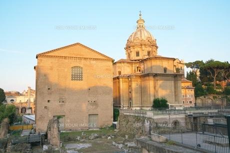 早朝のローマ フォロ・ロマーノの写真素材 [FYI01203787]