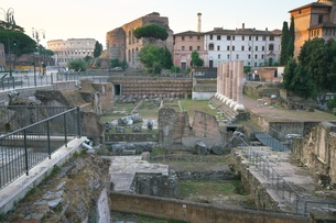 早朝のローマ フォロ・ロマーノの写真素材 [FYI01203788]