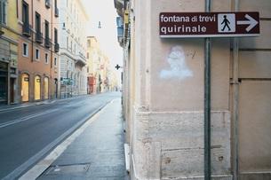 ローマ コルソ通りにあるトレビの泉を示す標識の写真素材 [FYI01203792]