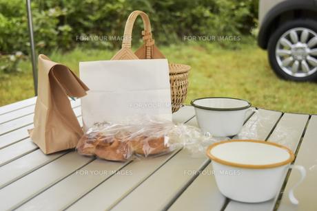 キャンプ場の朝食の写真素材 [FYI01203793]