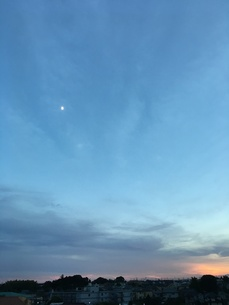 月の見える夕暮れの写真素材 [FYI01203921]