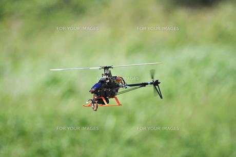 ラジコンヘリコプターのテスト飛行の写真素材 [FYI01203953]