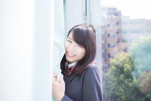 カーテンの中にいる女子高生_3の写真素材 [FYI01203956]