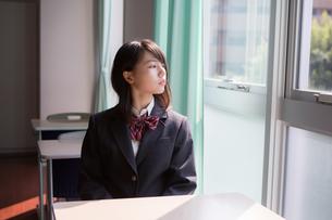 教室で窓の外を見ている女子高生の写真素材 [FYI01203957]