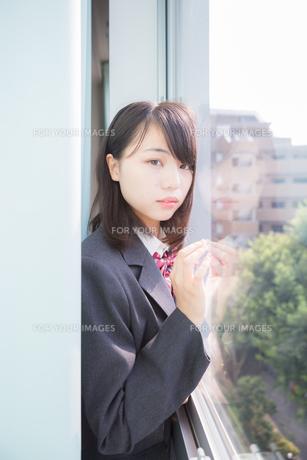 カーテンの中にいる女子高生_2の写真素材 [FYI01203961]