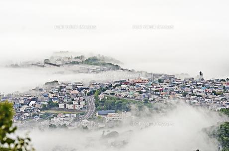 霧の街の写真素材 [FYI01204204]