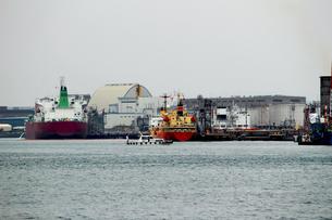 港の重工業地帯の写真素材 [FYI01204283]