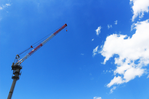 青空に伸びるクレーンの写真素材 [FYI01204311]