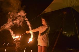 花火をするこどもの写真素材 [FYI01204385]