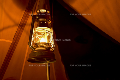 ランタンの灯りの写真素材 [FYI01204386]