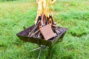焚火台で焚火の写真素材 [FYI01204387]