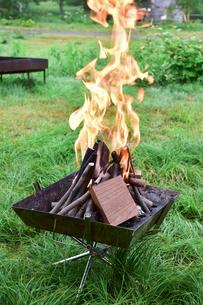 焚火台で焚火の写真素材 [FYI01204388]