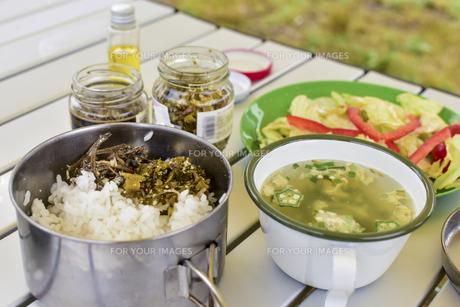 キャンプ場の朝食の写真素材 [FYI01204389]