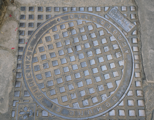 イタリア フィレンツェのマンホールの蓋の写真素材 [FYI01204395]