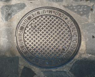 イタリア フィレンツェのマンホールの蓋の写真素材 [FYI01204396]