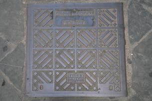 イタリア フィレンツェのマンホールの蓋の写真素材 [FYI01204397]