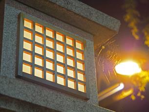 夜の石灯籠の写真素材 [FYI01204555]