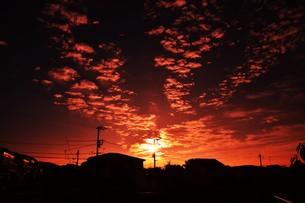 夜明けのシルエットと雲 ・ 夜が明ける 悲しみを笑い飛ばして 夜が明ける…(e y 夜明けの歌 より)の写真素材 [FYI01204559]