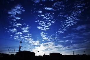夜明けのシルエットと雲 ・ 夜が明ける 悲しみを笑い飛ばして 夜が明ける…(e y 夜明けの歌 より)の写真素材 [FYI01204560]