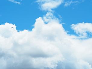 綺麗な青空と飛行機の写真素材 [FYI01204656]