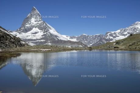 空と岩山と残雪の写真素材 [FYI01204691]