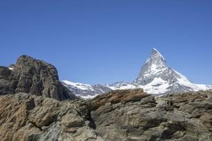 空と岩山と残雪の写真素材 [FYI01204692]
