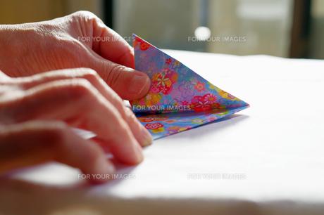 折り紙をしている高齢者の写真素材 [FYI01204721]
