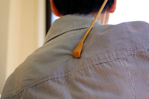 孫の手で背中を掻いている人の写真素材 [FYI01204731]