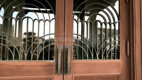 アーチ型の装飾のある扉の写真素材 [FYI01204751]