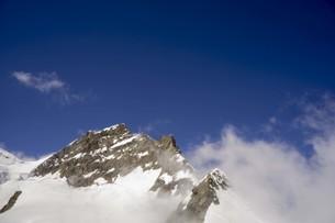 青い空と雲と頂上の写真素材 [FYI01204757]
