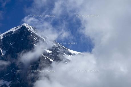 青い空と雲と頂上の写真素材 [FYI01204758]