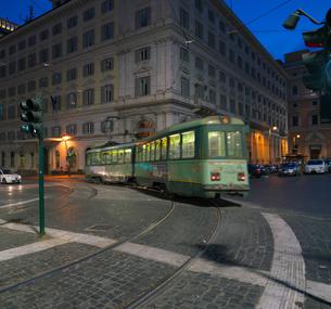 夜のローマの路面電車の写真素材 [FYI01204820]