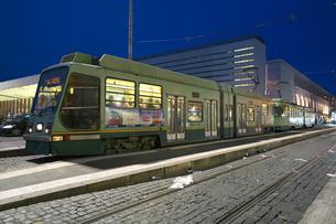 夜のローマの路面電車の写真素材 [FYI01204821]