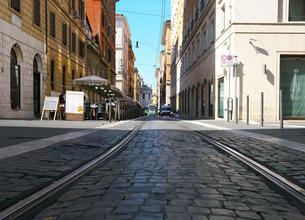 早朝のローマの路面電車の線路の写真素材 [FYI01204822]