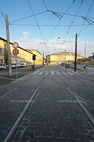 早朝のフィレンツェの路面電車の線路の写真素材 [FYI01204823]